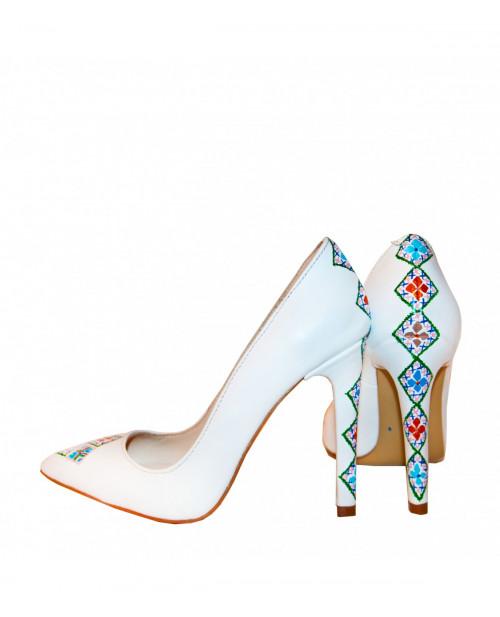 Pantofi albi Lora pictati manual cu motive traditiona L103  - sau Orice Culoare